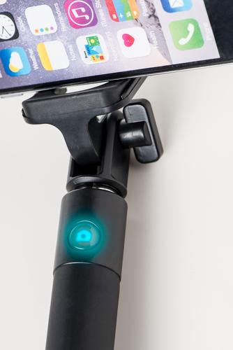 Azuri 3.5mm aux cable uitschuifbare selfiestick met geïntegreerde knop - zwart